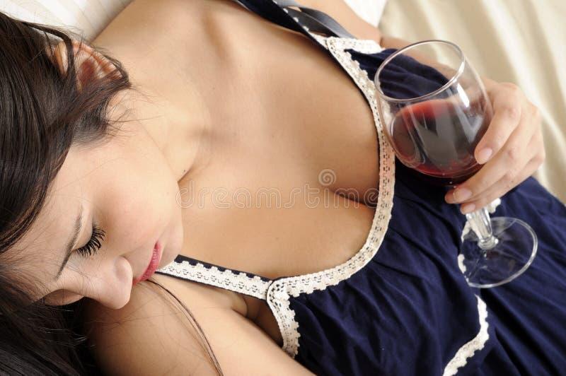 красивейшие стеклянные женщины вина стоковая фотография