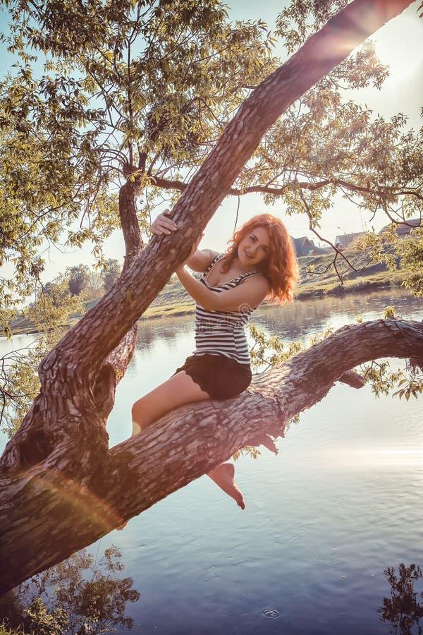 красивейшие счастливые детеныши женщины парка стоковое изображение