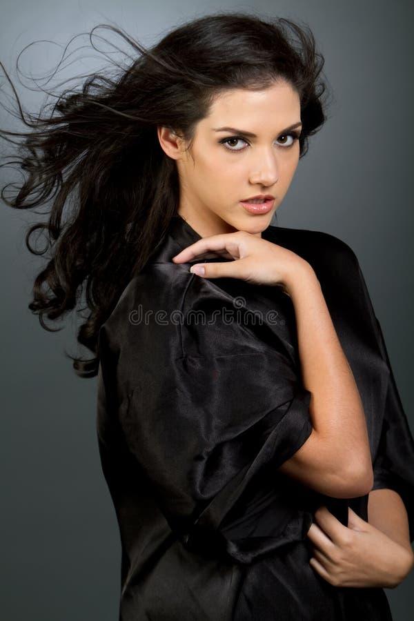 красивейшие темные волосы девушки стоковое фото rf