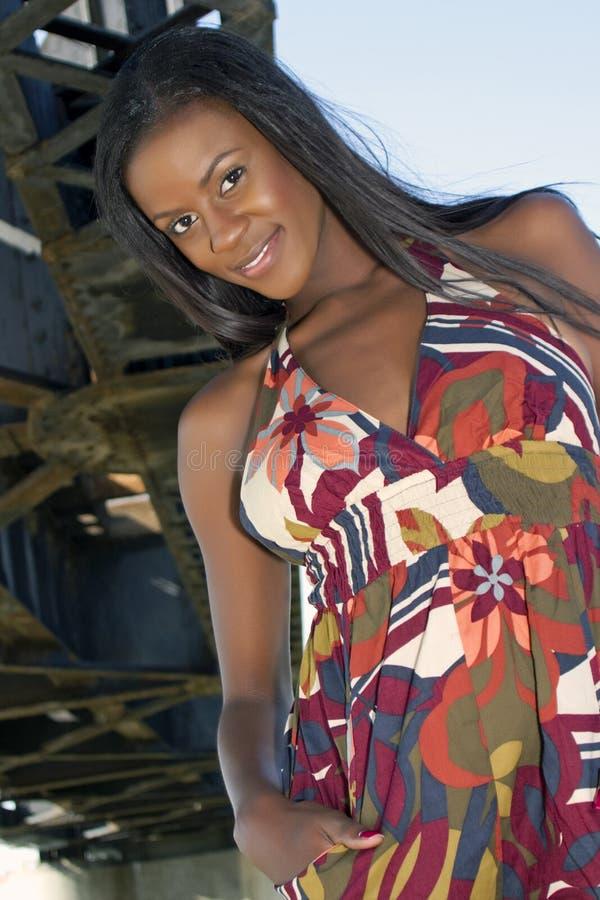 красивейшие черные детеныши модной женщины стоковое изображение rf