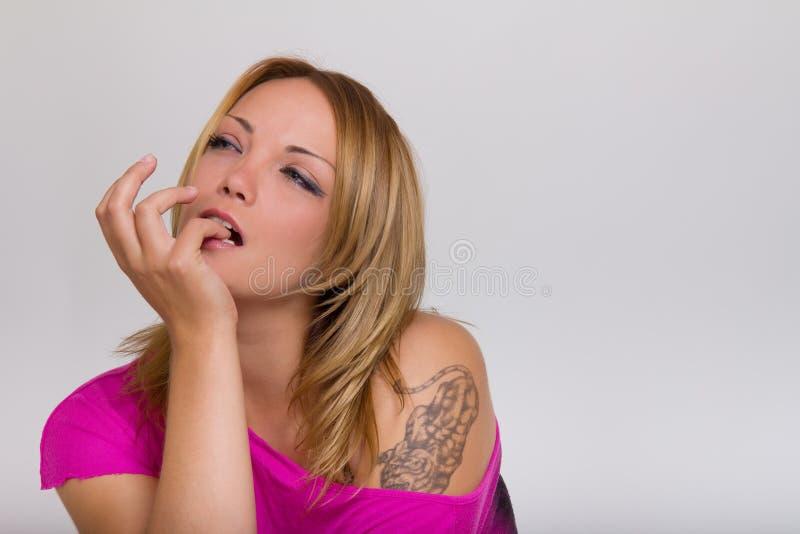 Красивейший белокурый думать женщины стоковое фото
