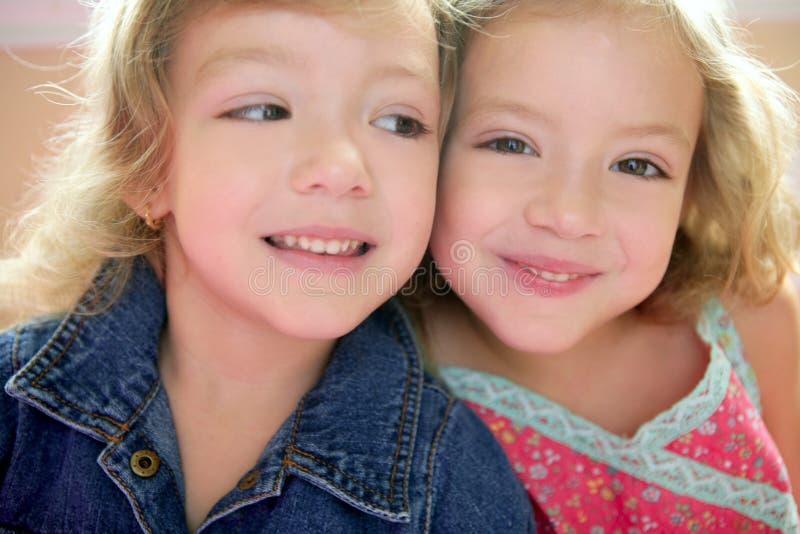 красивейший близнец 2 малыша маленьких сестер стоковое изображение