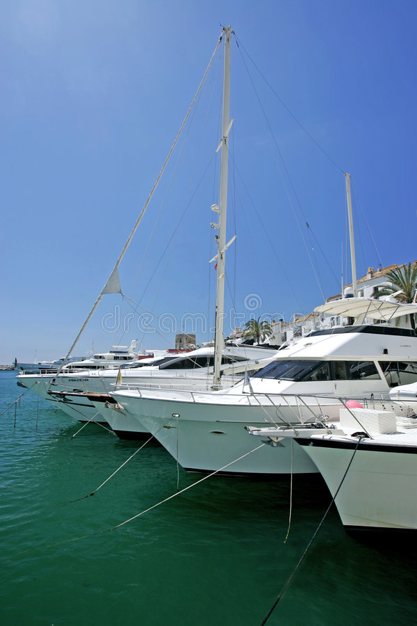 красивейший большой роскошный оглушать белые яхты стоковое фото