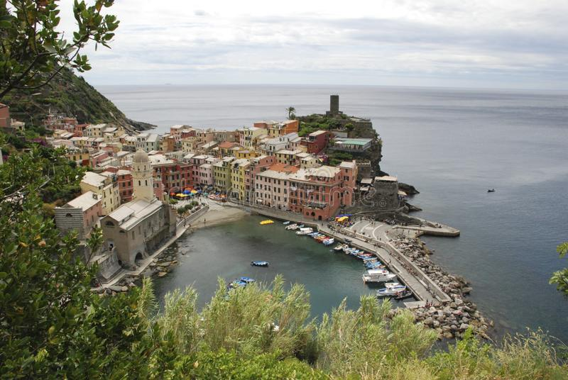 Красивейший взгляд Vernazza Одна из 5 известных красочных приостанавливанных деревень национального парка Cinque Terre в Италии, стоковые изображения