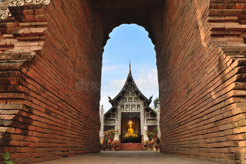 красивейший висок Таиланд Смотреть под кирпичной стеной Architech стоковое изображение rf