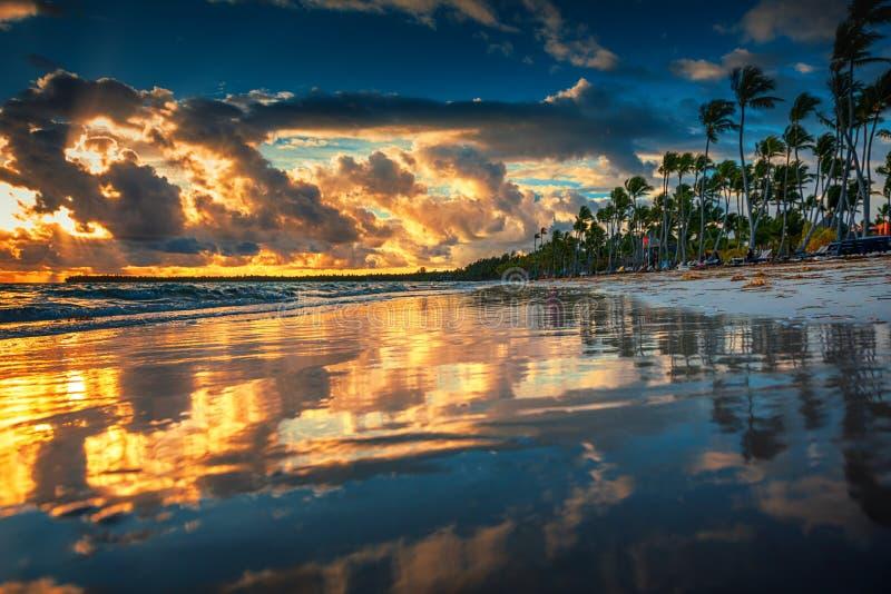 красивейший восход солнца моря Ландшафт пляжа острова рая тропического стоковая фотография