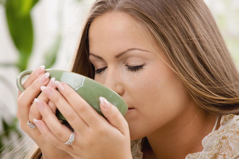 красивейший выпивая чай девушки стоковое изображение rf