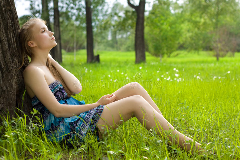 красивейший голубой лужок девушки платья стоковое изображение