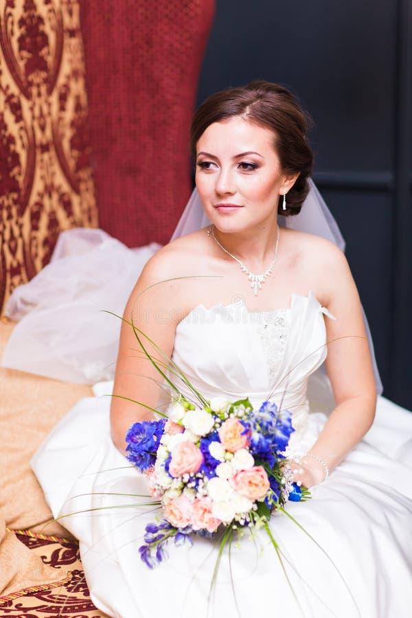красивейший день невесты ее представляя венчание стоковое фото rf