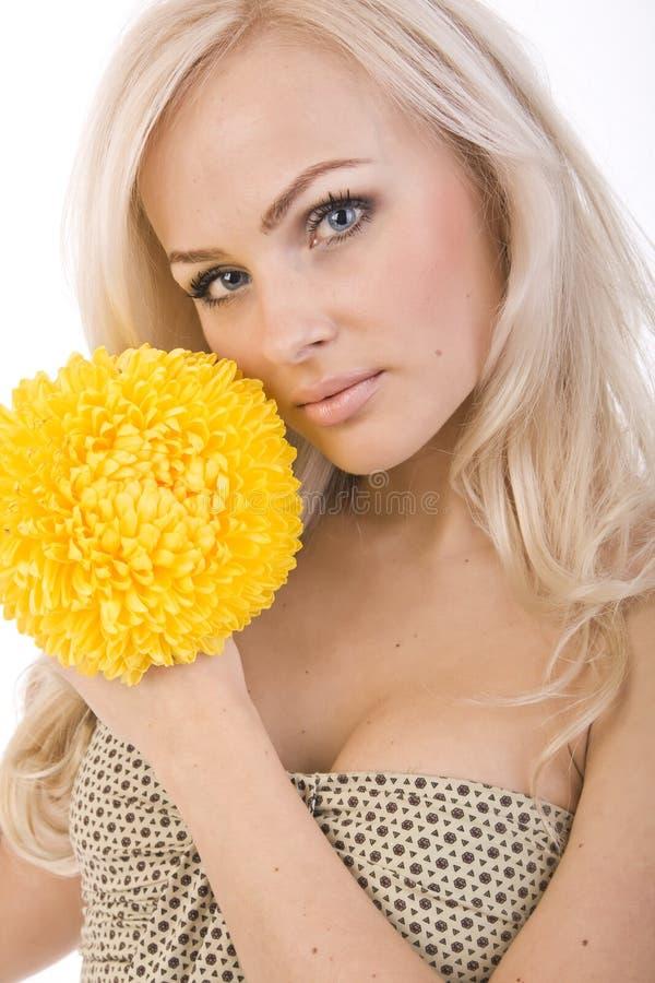 красивейший желтый цвет девушки цветка сексуальный сладостный стоковое изображение rf