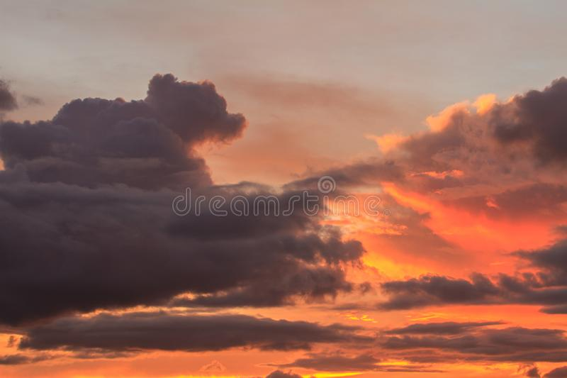 Красивейший заход солнца с облаками стоковое фото rf