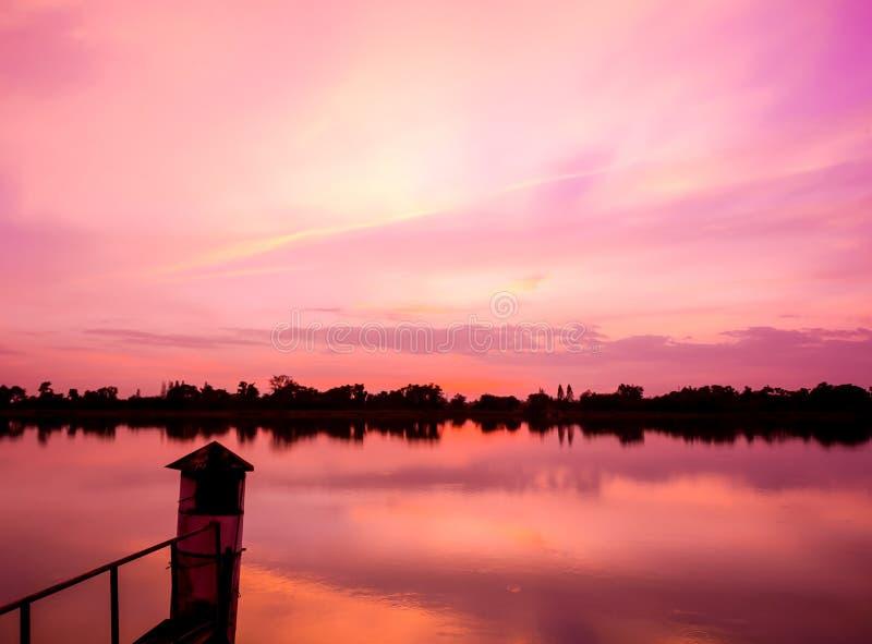 Красивейший заход солнца на реке стоковая фотография rf