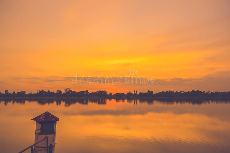 Красивейший заход солнца на реке стоковые изображения rf