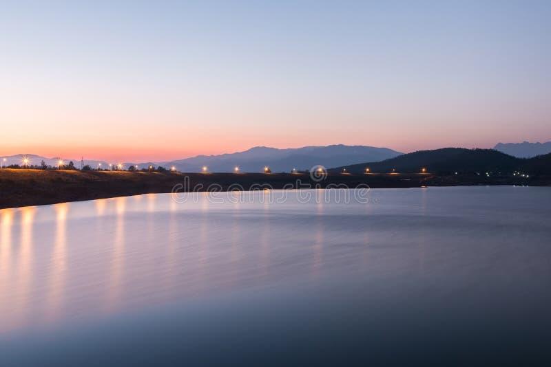 красивейший заход солнца озера стоковое изображение rf