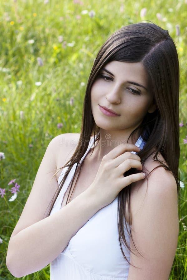 красивейший зацветая лужок девушки стоковая фотография rf