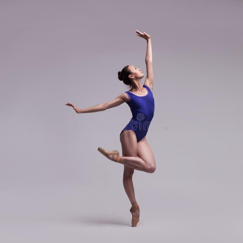 Красивейший изолированный артист балета стоковые фотографии rf