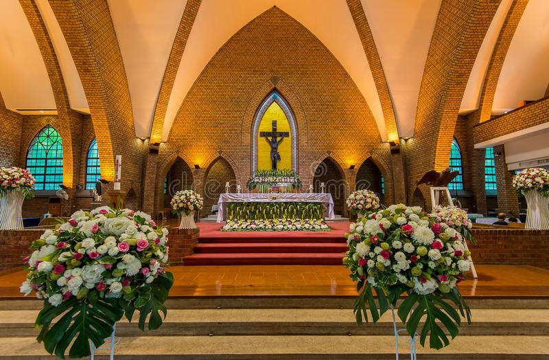 красивейший интерьер католической церкви стоковая фотография
