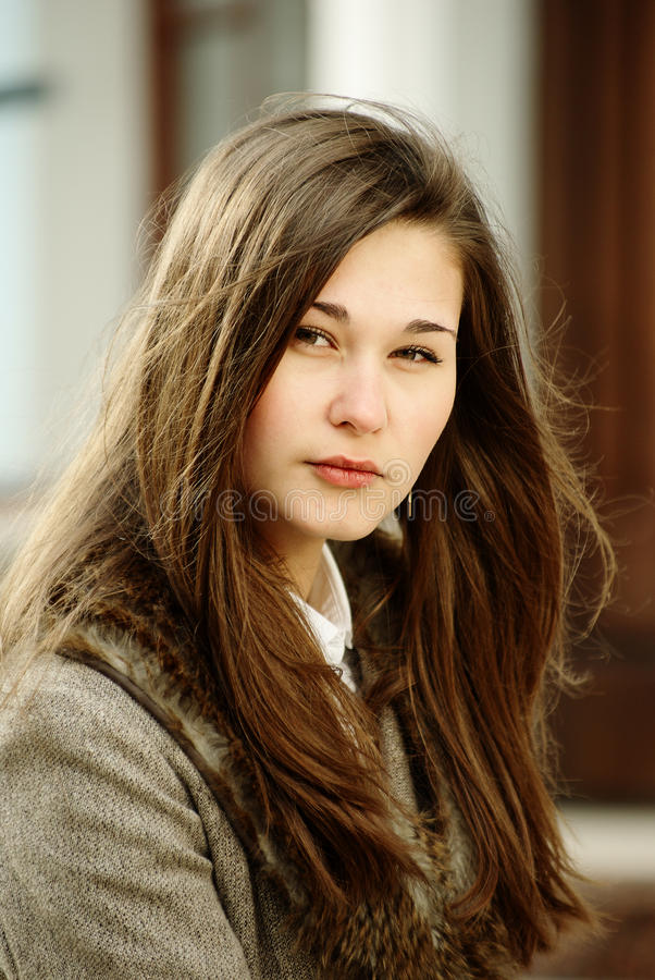 красивейший коричневый портрет волос девушки стоковая фотография rf