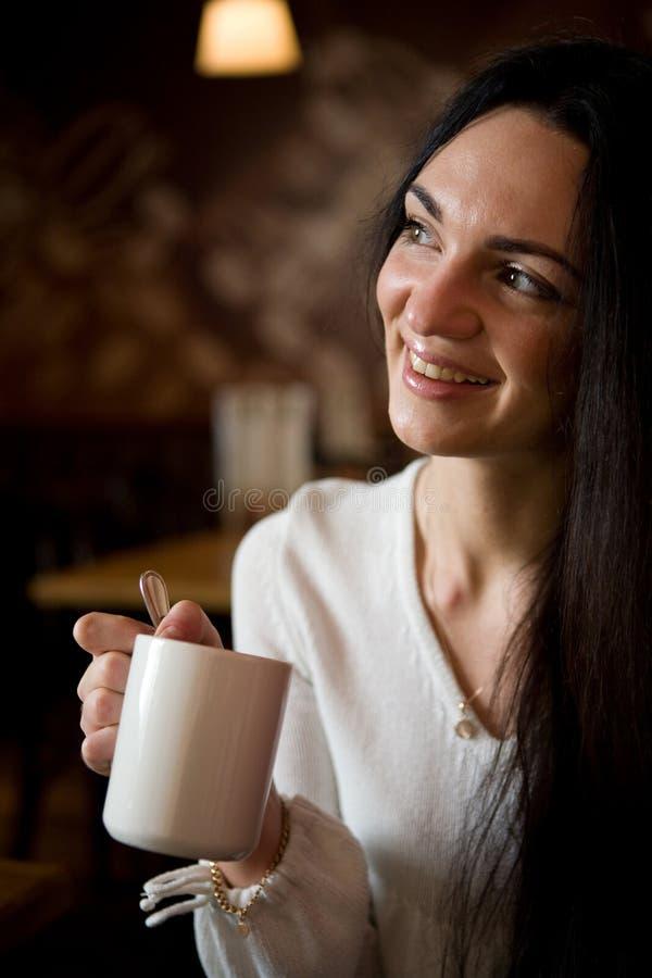 красивейший кофе наслаждаясь детенышами женщины latte стоковое изображение rf