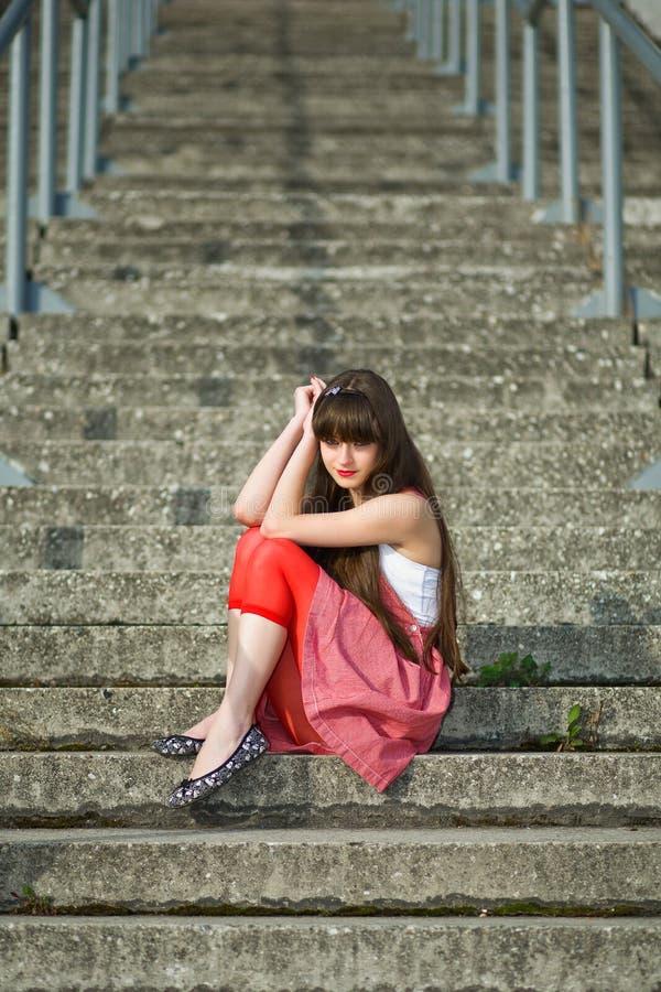красивейший красный цвет девушки платья стоковое фото rf