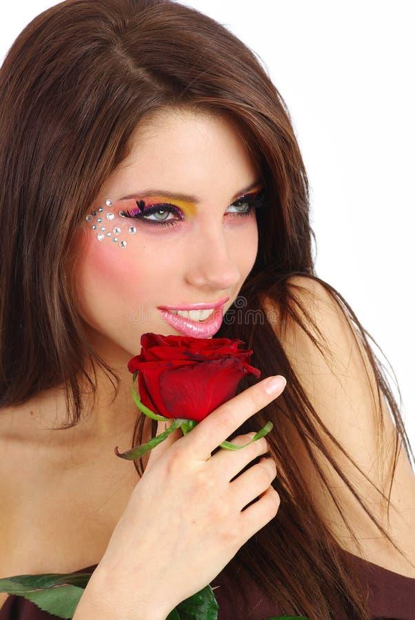 красивейший красный цвет девушки поднял стоковое изображение