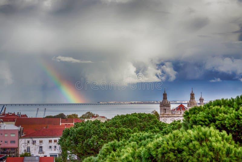Красивейший ландшафт с радугой драматическое небо lisbon Португалия стоковое фото