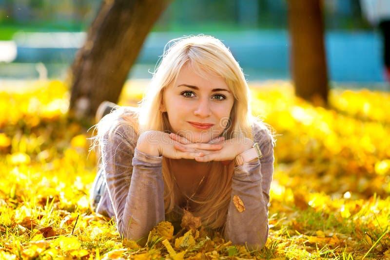 красивейший лежать травы девушки стоковое изображение
