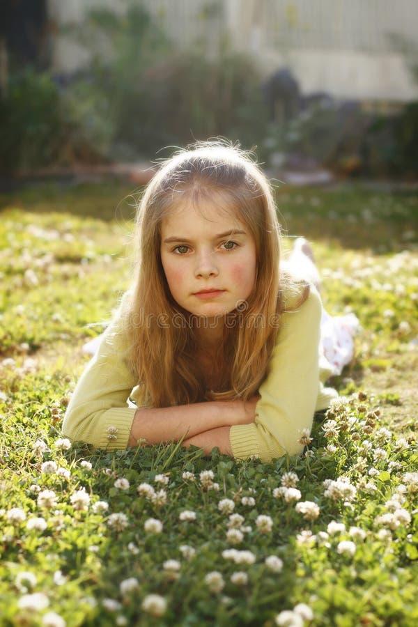 красивейший лежать травы девушки стоковые фотографии rf
