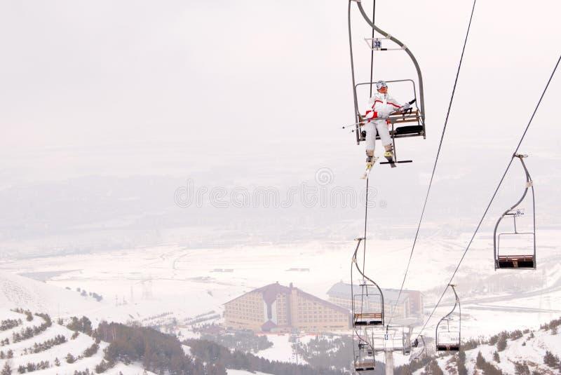 красивейший лыжник подъема chairlift вверх стоковая фотография rf