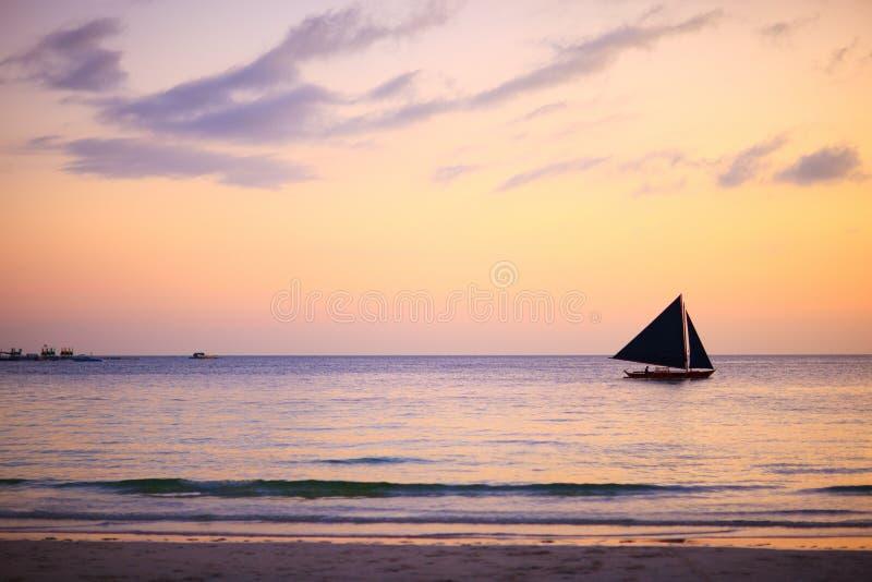 красивейший океан над заходом солнца стоковое изображение
