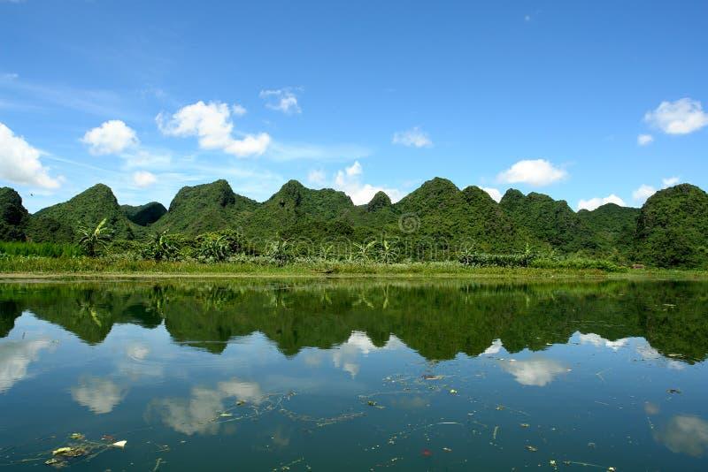 Download красивейший отражать горы ландшафта Стоковое Изображение - изображение насчитывающей отразите, cloudscape: 1176033