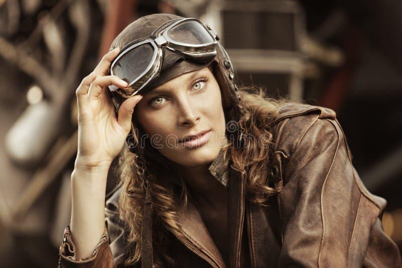 Красивейший пилот женщины: фото сбора винограда стоковое изображение