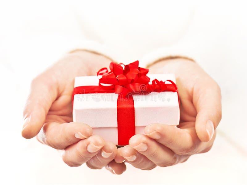 красивейший подарок коробки вручает удерживание стоковые фото