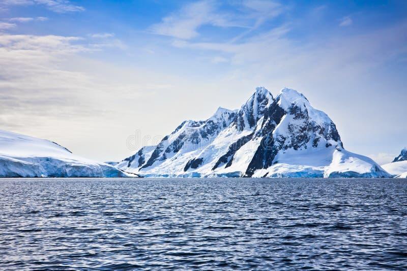 красивейший покрынный снежок гор стоковые изображения rf