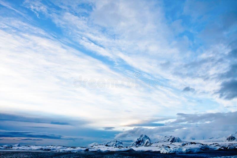красивейший покрынный снежок гор стоковое фото
