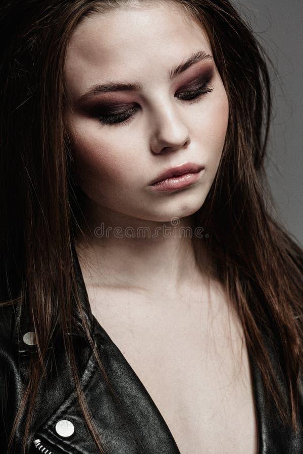 Красивейший портрет женщины в типе утеса стоковое фото rf