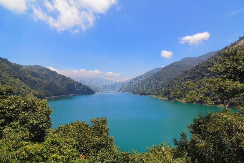 Красивейший резервуар с горой стоковое изображение