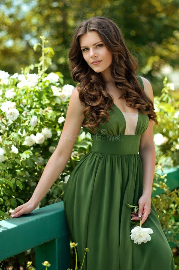 Красивейший сад женщины весной стоковое фото