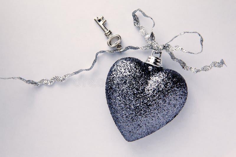 красивейший серебр тесемки ключа сердца стоковая фотография