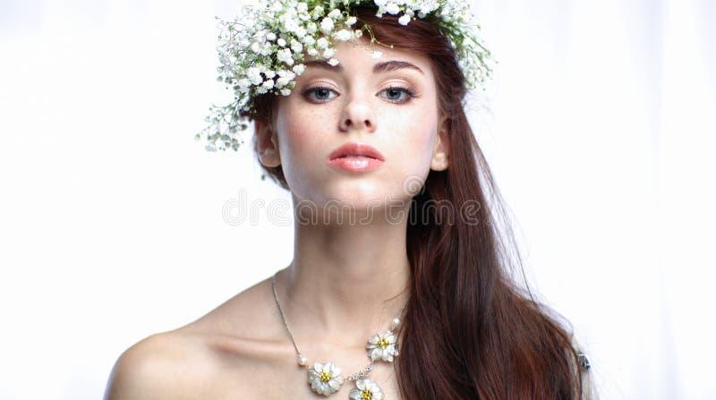 красивейший способ цветет волосы ее женщина портрета фото стоковая фотография