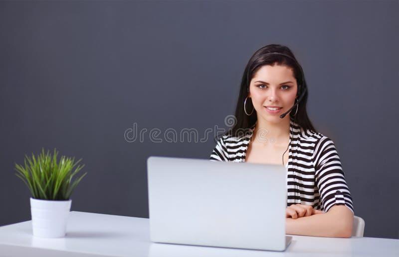 красивейший стол дела ее деятельность женщины стоковая фотография rf