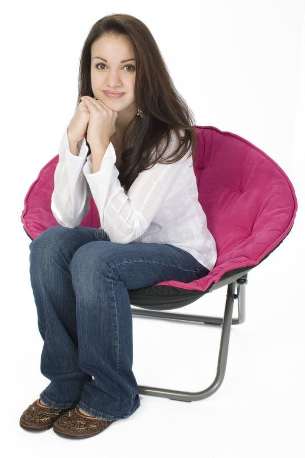 красивейший стул над сидя детенышами белой женщины стоковое изображение