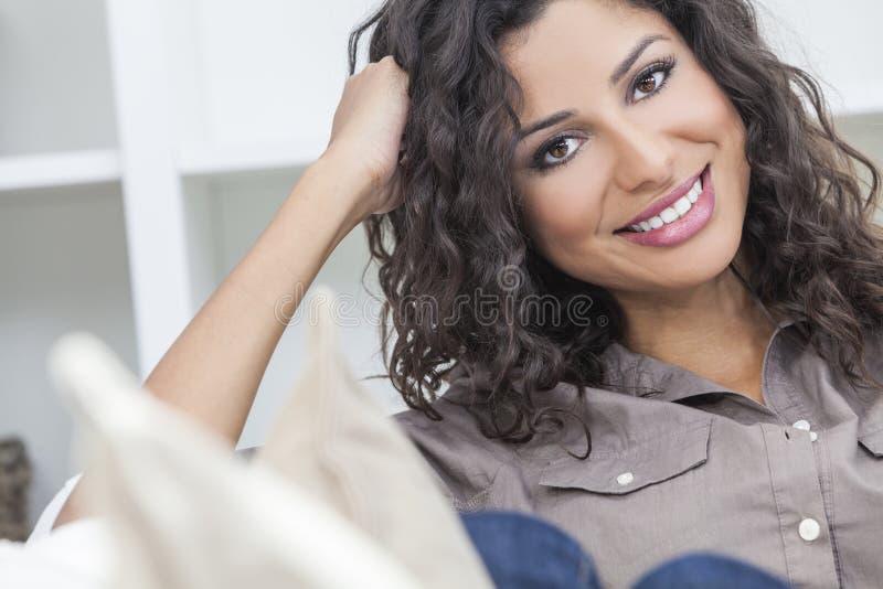 Красивейший счастливый испанский усмехаться женщины стоковые фотографии rf