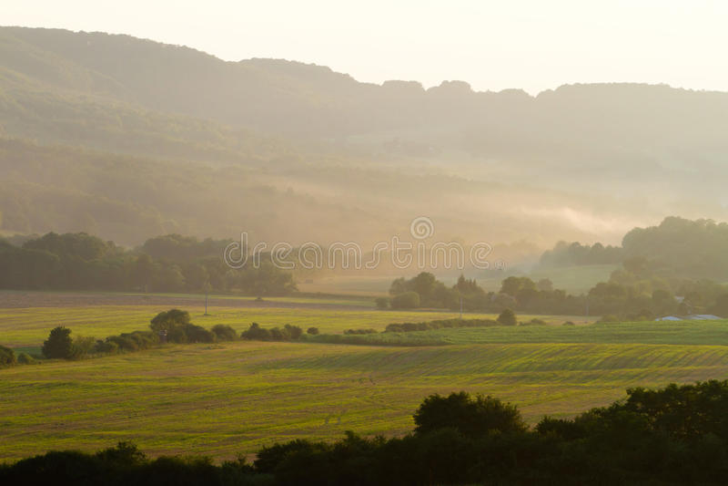 Красивейший туман утра над полями стоковая фотография