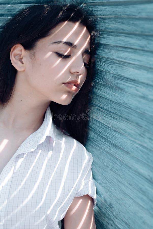 красивейший фантазер Аравийская женщина ослабляет с закрытыми глазами, чисто взглядом женщина волос длинняя чувственная Skincare  стоковая фотография rf