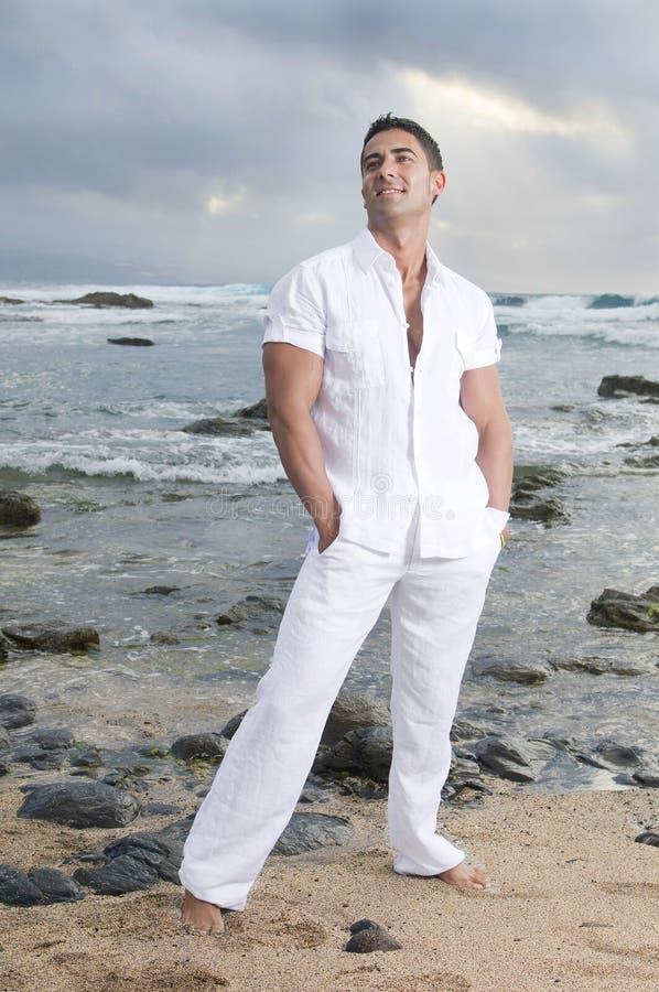 красивейший человек около моря стоковые фотографии rf