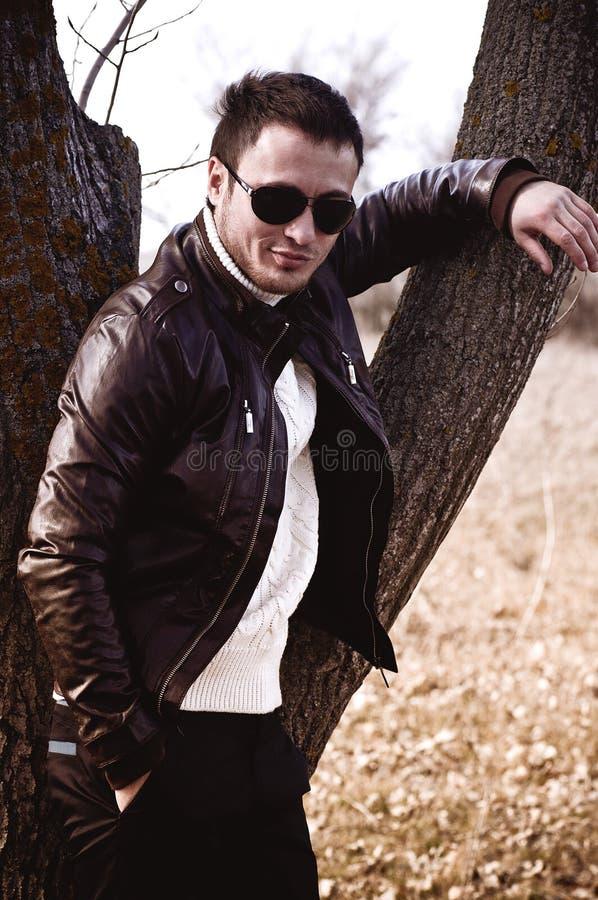 Красивейший человек в модных одеждах. стоковые изображения