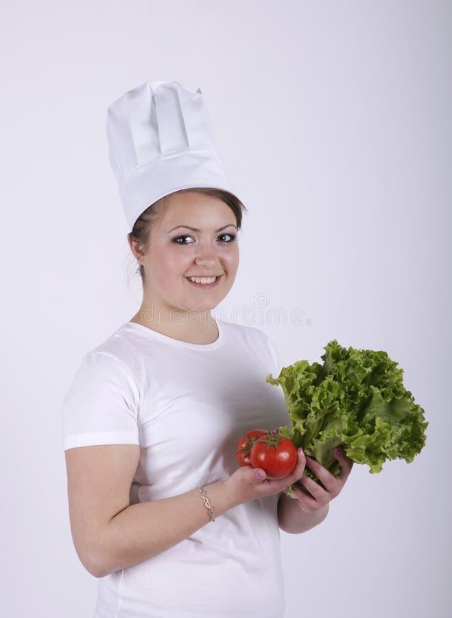 Красивейший шеф-повар для того чтобы сделать свежий салат стоковая фотография rf