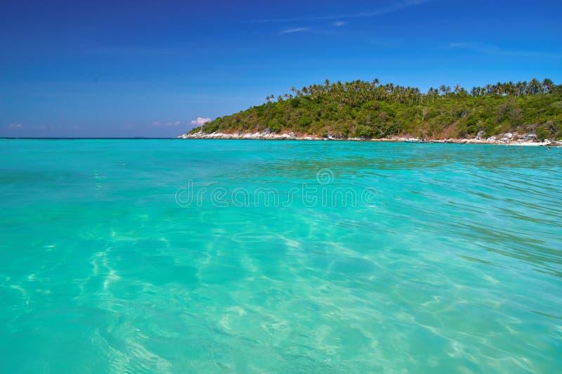 Красивейший Seascape Горы, джунгли и море Чистая вода бирюзы, яркое голубое небо в заливе Спокойные воды, обои каникул стоковые фотографии rf