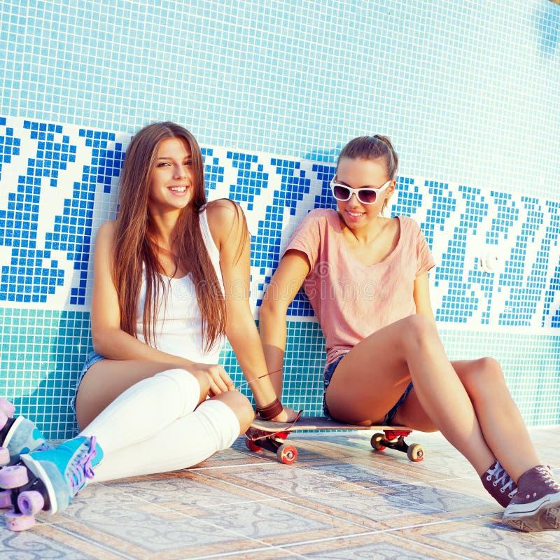 2 красивейших маленькой девочки на поле пустого бассеина стоковая фотография rf